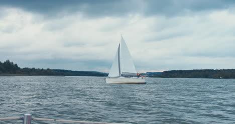 Weißes-Segelboot-Im-Offenen-Wasser