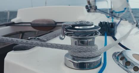 Einstellen-Der-Takelage-Auf-Segelboot-02