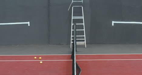 Hombre-de-tenis-salta-sobre-la-red