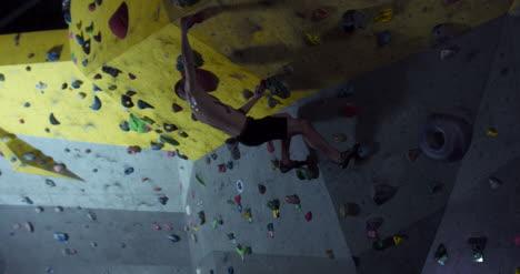 Hombre-escalando-en-el-gimnasio