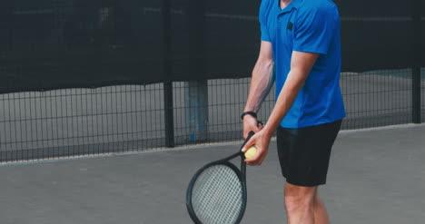 Hombre-de-tenis-que-sirve-02