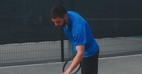 Hombre-de-tenis-que-sirve-04