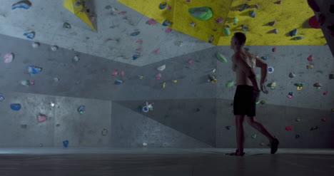 Climber-Chalking-Hands-03
