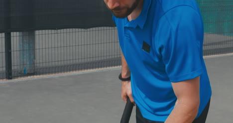Hombre-de-tenis-que-sirve-05