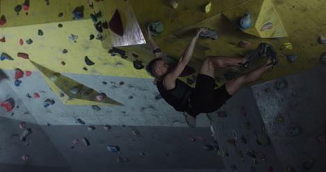 Hombre-Boulder-en-el-gimnasio-de-escalada