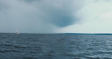 Segelboot-Am-Stürmischen-Horizont-01