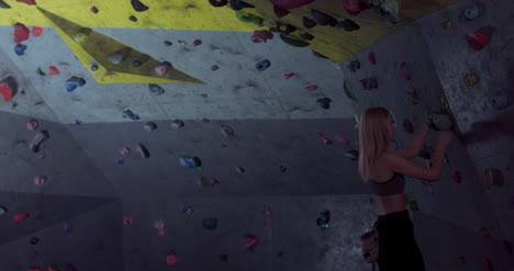 Mujer-en-muro-de-escalada