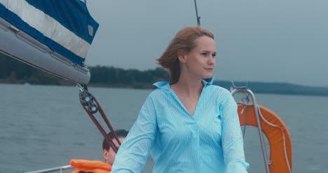 Junge-Frau-Auf-Segelboot-01