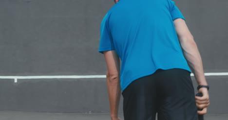 Hombre-de-tenis-que-sirve-01