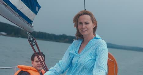 Junge-Frau-Auf-Segelboot
