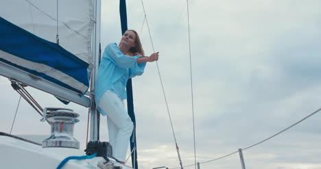 Mujer-joven-en-velero-04