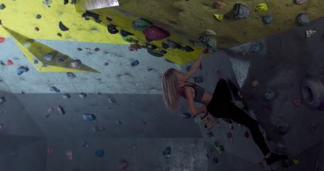 Mujer-usando-tiza-en-muro-de-escalada