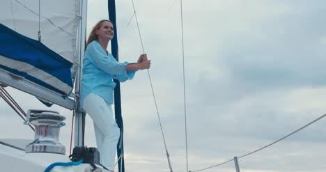 Mujer-joven-en-velero-06