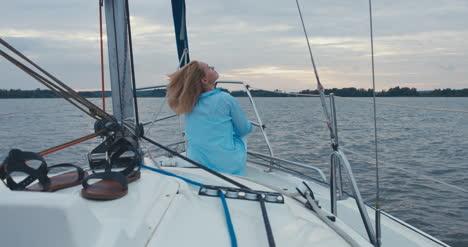 Mujer-joven-en-velero-08