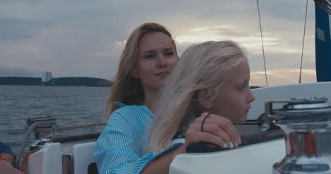 Mutter-Und-Tochter-Auf-Segelboot-03