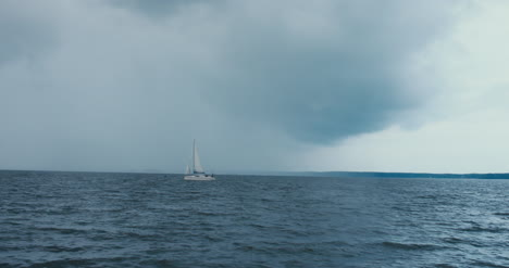 Velero-en-Stormy-Horizon-03