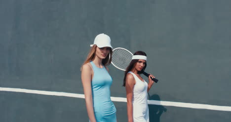 Tennis-Girls-Wall-Walking-03