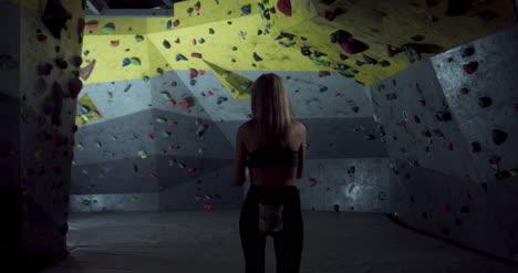 Mujer-preparándose-para-Boulder-01