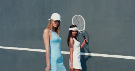 Tennis-Girls-Wall-Walking-04