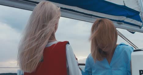 Junges-Mädchen-Und-Mutter-Auf-Segelboot
