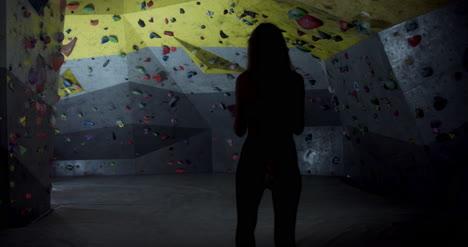 Woman-Preparing-to-Boulder-04