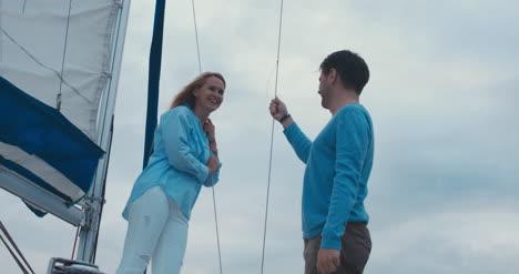 Ehepaar-Mittleren-Alters-Auf-Yacht-02