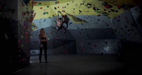 Hombre-y-mujer-en-gimnasio-de-escalada