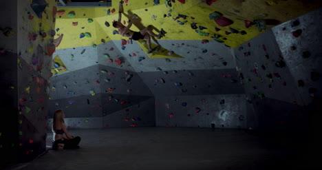 Mujer-viendo-hombre-escalando-02