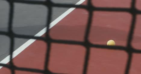 Pelota-de-tenis-rodando-por-la-cancha-02