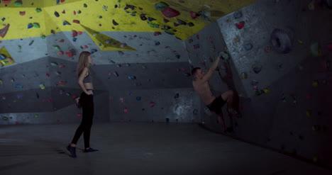 Mujer-manchado-hombre-escalada