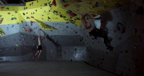 Hombre-y-Mujer-Escalando-01