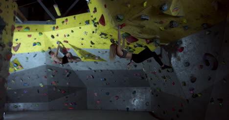 Hombre-y-mujer-escalando-02