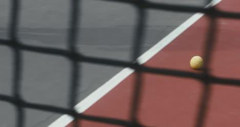 Pelota-de-tenis-rodando-por-la-cancha-03