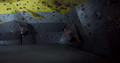 Hombre-y-Mujer-Escalando-03