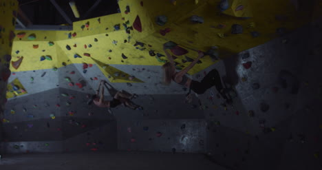 Escaladores-cayendo-del-muro-de-escalada