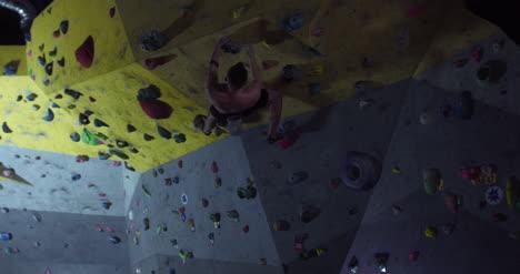 Climber-Using-Chalk