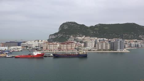 Ciudad-De-Gibraltar-Y-Muelles-Debajo-De-La-Roca-De-Gibraltar