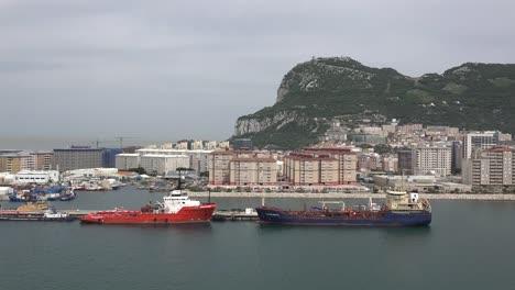 Barcos-Atracados-En-Gibraltar-Y-Ciudad-Debajo-De-La-Roca