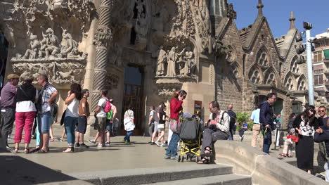 Spain-Barcelona-Sagrada-Familia-With-Tourists