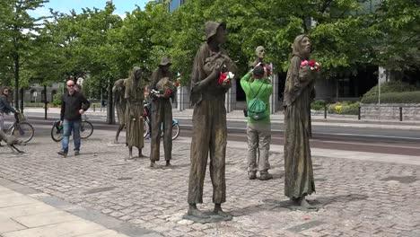 Irland-Dublin-Hungersnot-Denkmal-Tourist-Fotografieren