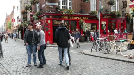 Ireland-Dublin-Temple-Bar-Men-In-Street