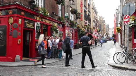 Ireland-Dublin-Temple-Bar-Pub-Photographer-And-Young-Men-