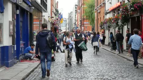Ireland-Dublin-Temple-Bar-Street-With-Tourists