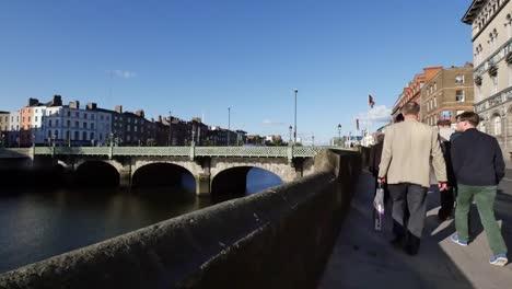 Irland-Dublin-Bürgersteig-Mit-Menschen-Am-Fluss-Liffey