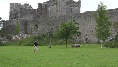 Irland-Cahir-Schloss-Mit-Mann-Der-Disc-Golf-Spielt