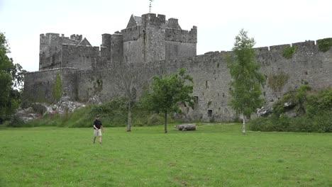 Irland-Cahir-Castle-Mit-Mann-Der-Diskgolf-Spielt