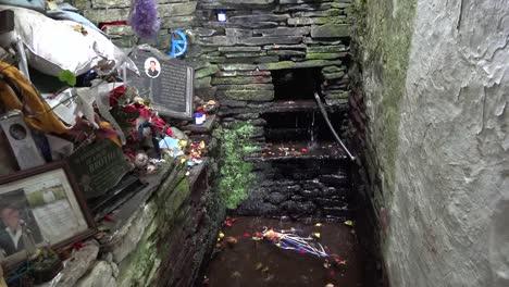 Irland-Grafschaft-Clare-Wasser-Tropft-Am-Heiligen-Brunnen-Von-St-Brigids