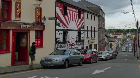 Ireland-County-Kerry-Killorglin-Man-Crosses-Street-Pan