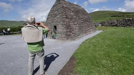 Ireland-Dingle-Gallarus-Oratory-Tourist-Taking-Pictures