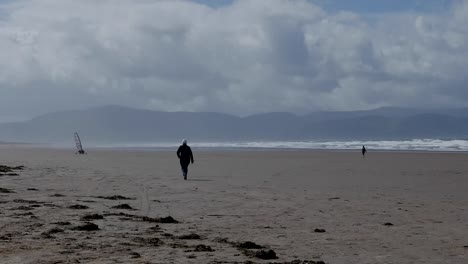 Ireland-Dingle-Peninsula-Inch-Beach-Walker-And-Wind-Buggy-Pan